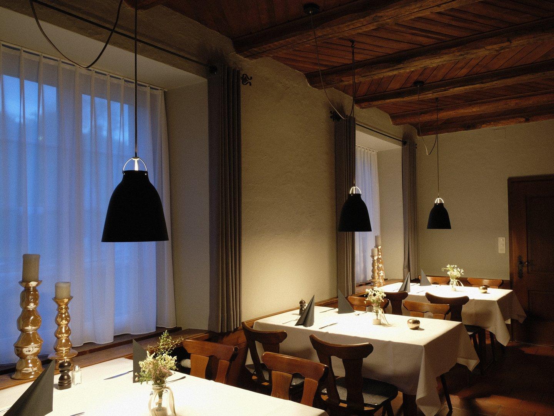 kleiner Saal, Pendelleuchten Lightyears Caravaggio, edle Lichtstimmung